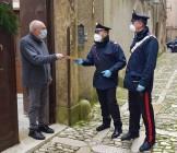 due carabinieri e un anziano
