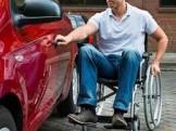 persona in carrozzina accede a propria auto