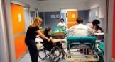 donna in carrozzina in corridoio ospedale