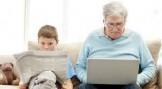 nonno al pc nipote legge quotidiano