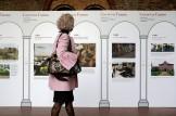 visitatrice davanti a pannelli della mostra