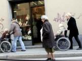 anziani in carrozzina