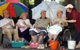 anziani con piedi a mollo