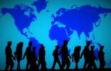persone in cammino sullo sfondo del globo terrestre