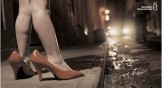 piedi di bimba dentro scarpe con tacchi di misura superiore