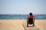 persona disabile al mare
