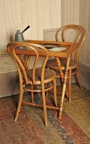 Nella sala da pranzo: tavolino cabaret e sedie viennesi