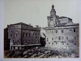 Palazzo Comunale - Fotografia di Emilio Anriot del 1868, del palazzo Comunale con le bancarelle, dette tréccole (o tréccoli), del mercato della frutta e della verdura che fino al 1877 la occuparono quotidianamente.
