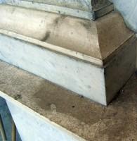 2012: particolare della manutenzione ordinaria eseguita da Lucia Vanghi sul Monumento a Barbara Fieschi