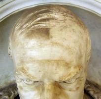 2012: particolare della manutenzione ordinaria eseguita da Lucia Vanghi sul Monumento a Pietro Magenta