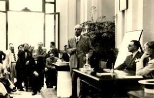Benedetto Schiassi durante una conferenzanel 1938 (prop. famiglia Gualandi-Viviani)