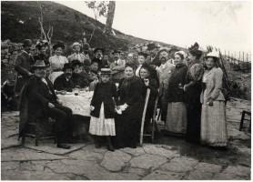 Il 16 ottobre 1893 a Montegiovi nel Mugello in comitiva. Alla sua sinistra l'amico Luigi Billi