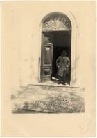 Sul portone di casa nel 1902