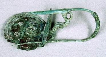 Fibula serpeggiante con staffa a disco