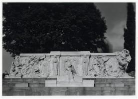 L'altorilievo dietro la statua di Carducci (Bologna, A. Villani)