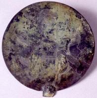 Specchio di bronzo con decorazione incisa