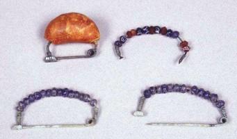 Gruppo di fibule ad arco ribassato rivestito