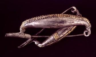 Coppia di fibule ad arco ribassato