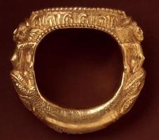 Anello d'oro lavorato a sbalzo