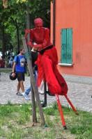 La parata: i personaggi - il diavolo rosso sui trampoli
