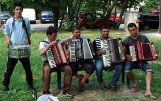 La parata: i personaggi - i suonatori di fisarmonica