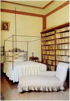 Letto, dormeuse di Giosue, scaffale con edizioni antiche