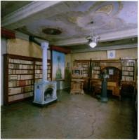 Librerie e stufa in terra refrattaria