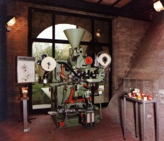 The IMA C20, packaging machine for tea or herbs in filter bags, string and tag, was designed in 1975 by Andrea Romagnoli