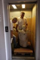 c'é chi viaggia comodo in ascensore.....