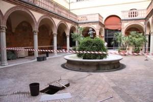 la fontana non sfugge al doveroso restauro!