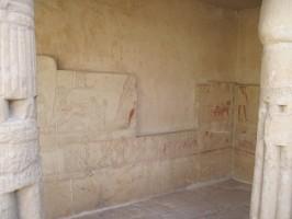 la parete della tomba di Horemheb prima del posizionamento della copia del rilievo