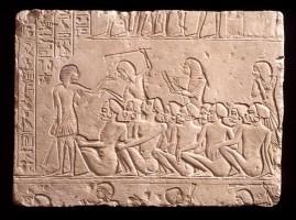 Rilievo dalla tomba di Horemheb con prigionieri nubiani