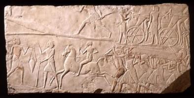 Rilievo dalla tomba di Horemheb con staffetta a cavallo