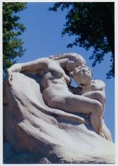 Nel monumento di Bistolfi: La Natura e il Poeta