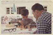 Partita a scacchi con papà, Cortina d'Ampezzo (?), agosto 1963. Fotografia a colori