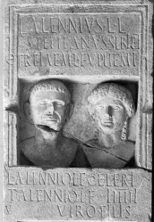 Stele dalla famiglia Alenni
