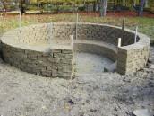 Vengono costruite le pareti: i mattoni vengono preparati con argilla impastata insieme a paglia e sterco. Vengono poi seccati al sole e sovrapposti a formare il muro della capanna.