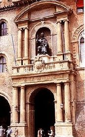 L'ingresso di Palazzo d'Accursio, sede delle Collezioni Comunali d'Arte