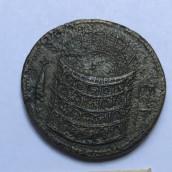 Una moneta in bronzo raffigurante il Colosseo