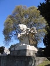 Il bagolaro e un gruppo del monumento carducciano di L. Bistolfi