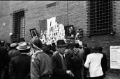 Edward Reep fotografa le prime immagini del Sacrario dei partigiani caduti di Piazza Nettuno. Foto Istituto Parri Emilia Romagna