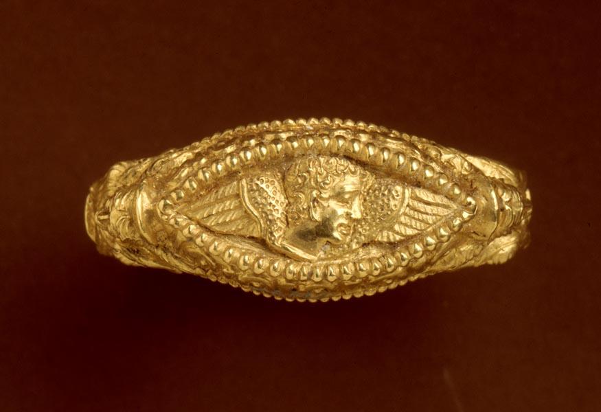 Anello in oro dal sepolcreto Certosa, metà del V secolo a.C., Bologna Museo Civico Archeologico