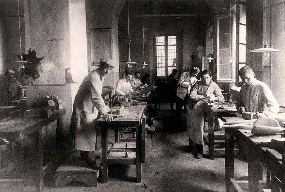 M. Grandi, OFFICINE ORTOPEDICHE RIZZOLI, 120 ANNI DI STORIA